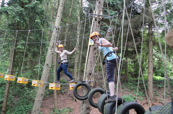 high rope parcours is een klimactiviteit tussen de 6 en 18 meter hoogte in de bomen met ziplines en verschillende touwbruggen