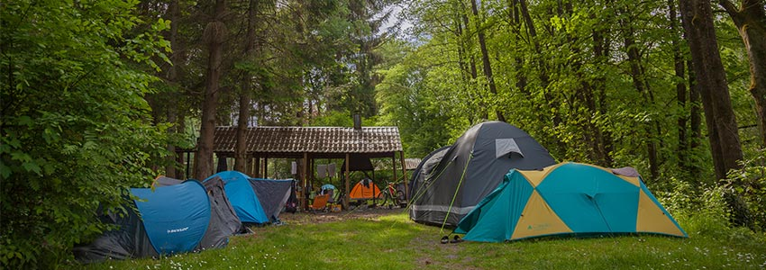 Een gave manier van overnachten op het bivakterrein met overkapping en kampvuurplaats