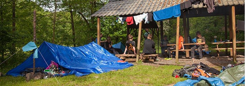 Bivakkeren met een overkapping en kampvuurplek om je eigen accommodatie te maken