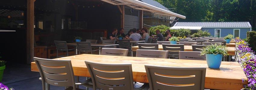 Op campingpolleur in de Belgische Ardennen kun je heerlijk een hapje eten of wat drinken bij het restaurant bistro op het terras